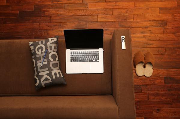 komfortowa kanapa rozkładana z pojemnikiem na pościel